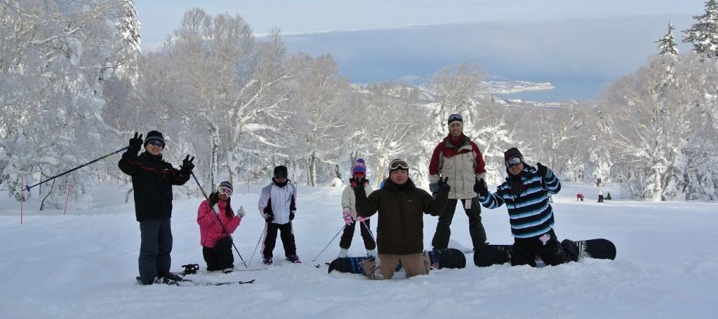 夏井技師、松本主任、長束係長、宮本主任、本間課長、太田、さらに子供たちを含めて8人でスキー・スノボを満喫しました!